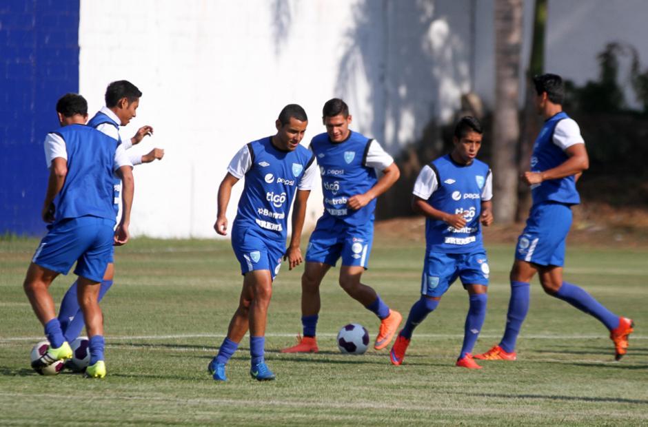 Los jugadores de la Bicolor en el calentamiento. (Foto: Luis Barrios/Soy502)