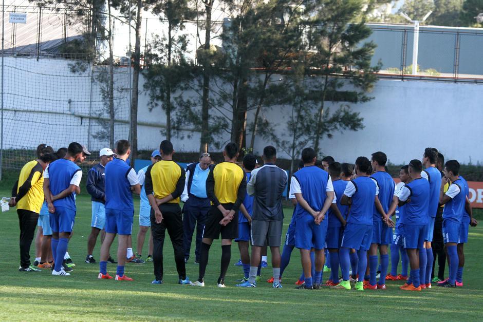 Los 24 convocados en el inicio de la práctica. (Foto: Luis Barrios/Soy502