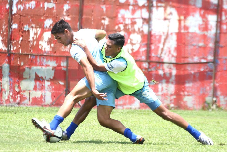 Gerson Tinoco y José Pinto en disputa del balón en el entreno de la Sele. (Foto: Luis Barrios/Soy502)