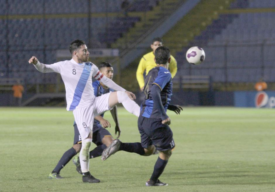 Jean Márquez en plena disputa por el balón. (Foto: Luis Barrios/Soy502)
