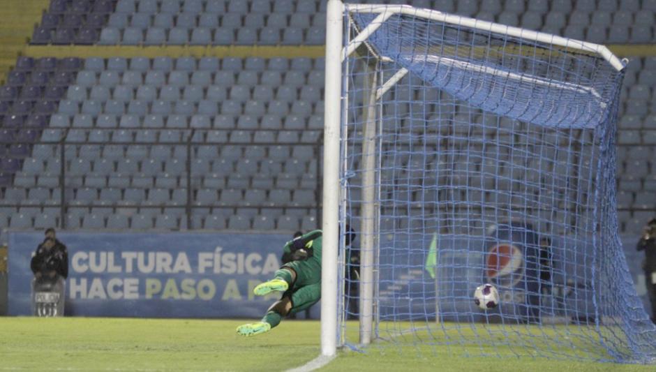 Noel Valladares no alcanza el remate de Tinoco para el primer gol de Guatemala. (Foto: Luis Barrios/Soy502)
