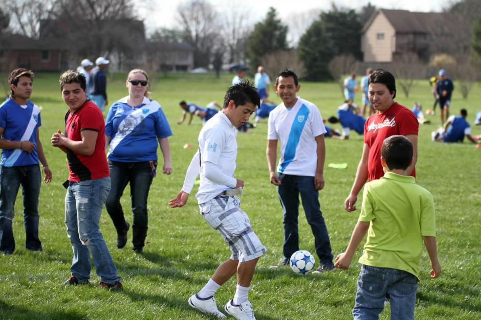 Un grupo de guatemaltecos que viven en Estados Unidos animó a la Sele en el entrenamiento. Foto: Luis Barrios/enviado especial)