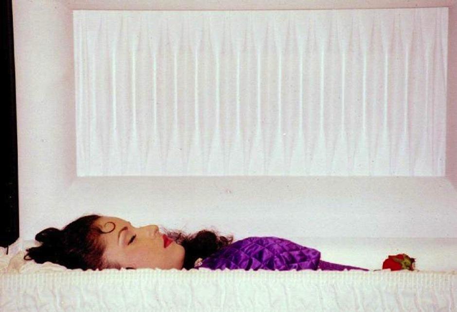 Selena, una de las míticas representantes de la música latina murió trágicamente en manos de la líder de su club de fans, su cuerpo fue exhibido para acallar rumores que decían que la intérprete no había muerto. (Foto: Google)