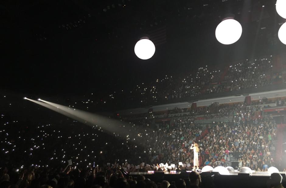 El público la acompañó iluminando el estadio. (Foto: Selena Source)