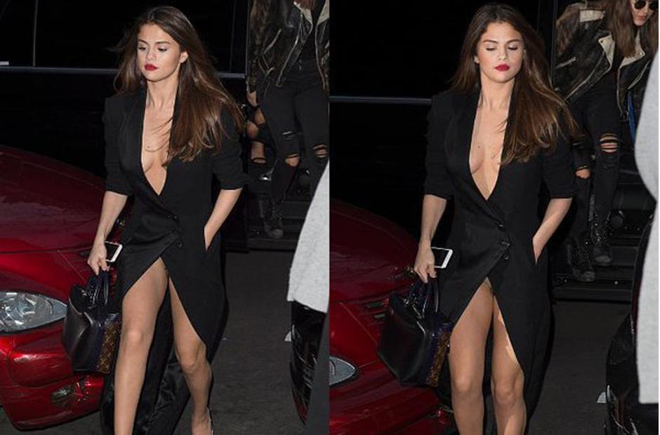 Al caminar, el vestido se abrió y mostró de más.  (Foto: Daily Mail)