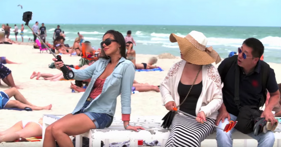 El Selfie Stick automático tiene un mango de color negro con rojo. (Captura de pantalla: Selfie Stick UnREAL/YouTube)
