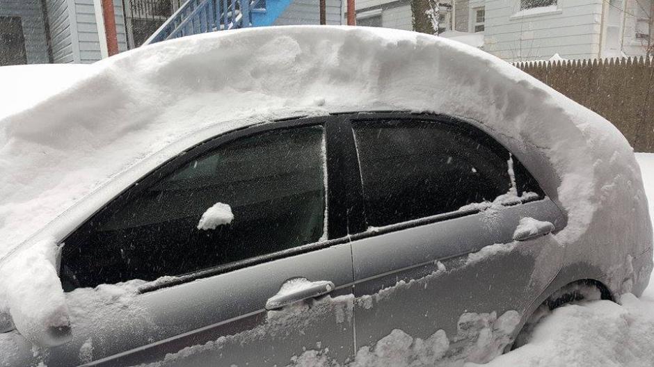 Una gruesa capa de nieve puede observarse sobre este vehículo. (Foto: Facebook/Selvyn Melgar)