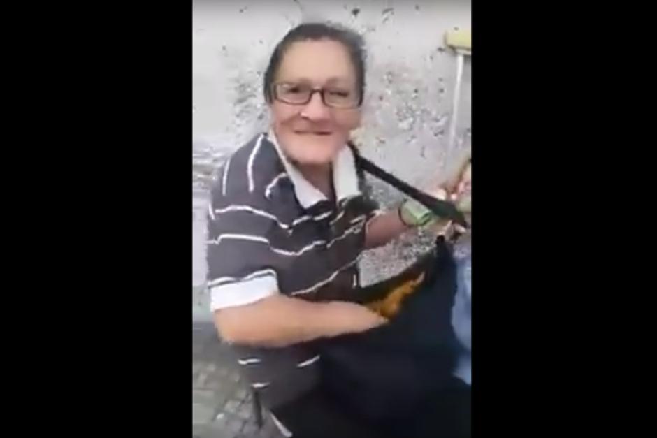 En él se aprecia como la mujer de edad avanzada se burla de las personas a las que les ha pedido limosna. (Foto: Captura de pantalla/Youtube)