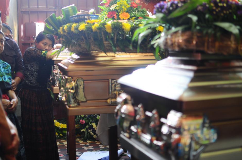 La familia Pérez Méndez dio el último adiós a sus seres queridos. (Fotos: Alejandro Balán/Soy502)