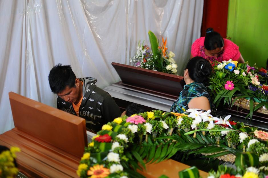 Familiares, amigos y clientes del local se despiden de los fallecidos. (Alejandro Balán/Soy502)
