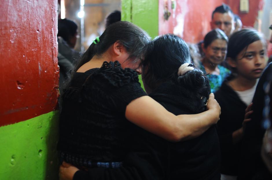 Un familiares consuela a Miriam Carmen, cuñada de Matilda Pérez Escobar (Alejandro Balán/Soy502)