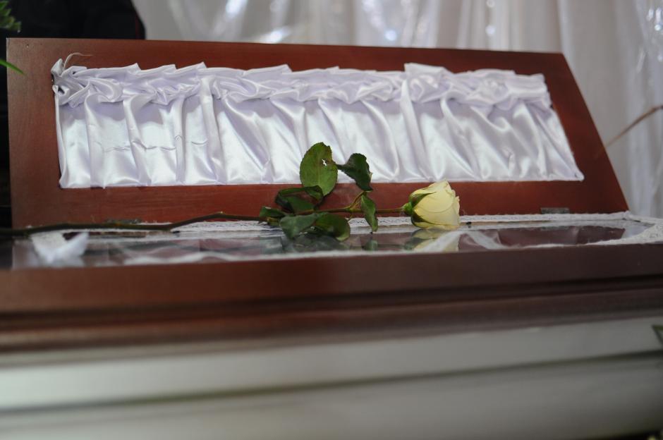 Sobre el ataúd de Matilda Pérez Escobar pusieron una rosa. (Alejandro Balán/Soy502)