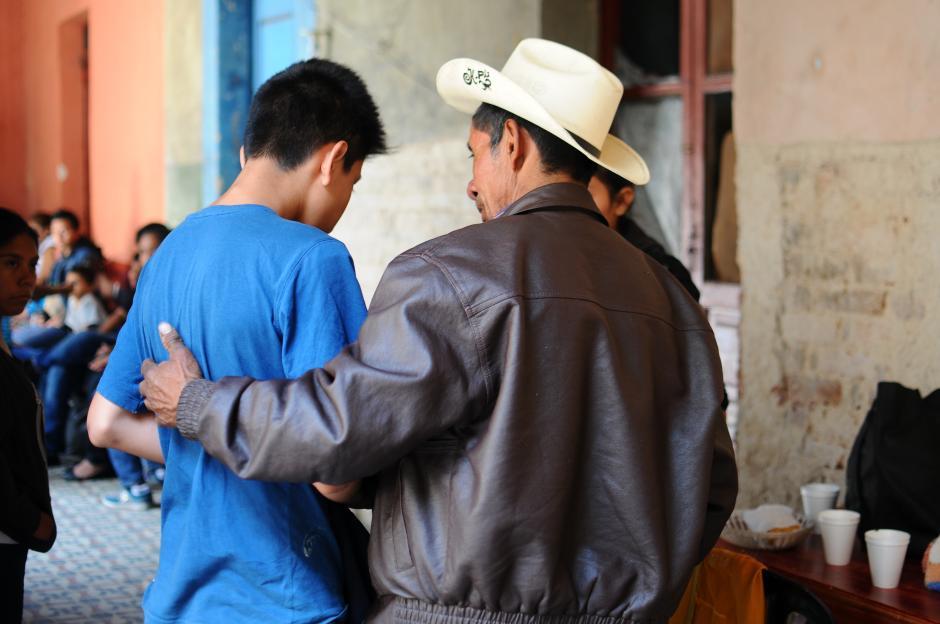 Kenet Méndez Pérez es el hijo mayor de Matilda, es consolado por un familiar. (Alejandro Balán/Soy502)
