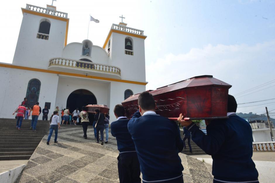 En la parroquia del municipio oficiaron una misa por las víctimas. (Foto: Jesús Alfonso/Soy502)