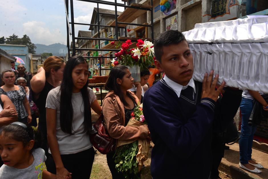 En total fueron enterradas 13 víctimas en 8 nichos. (Foto: Jesús Alfonso/Soy502)