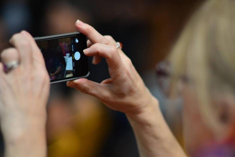 Jody Williams toma fotografías durante una de las audiencias. (Foto: Jesús Alfonso/Soy502)