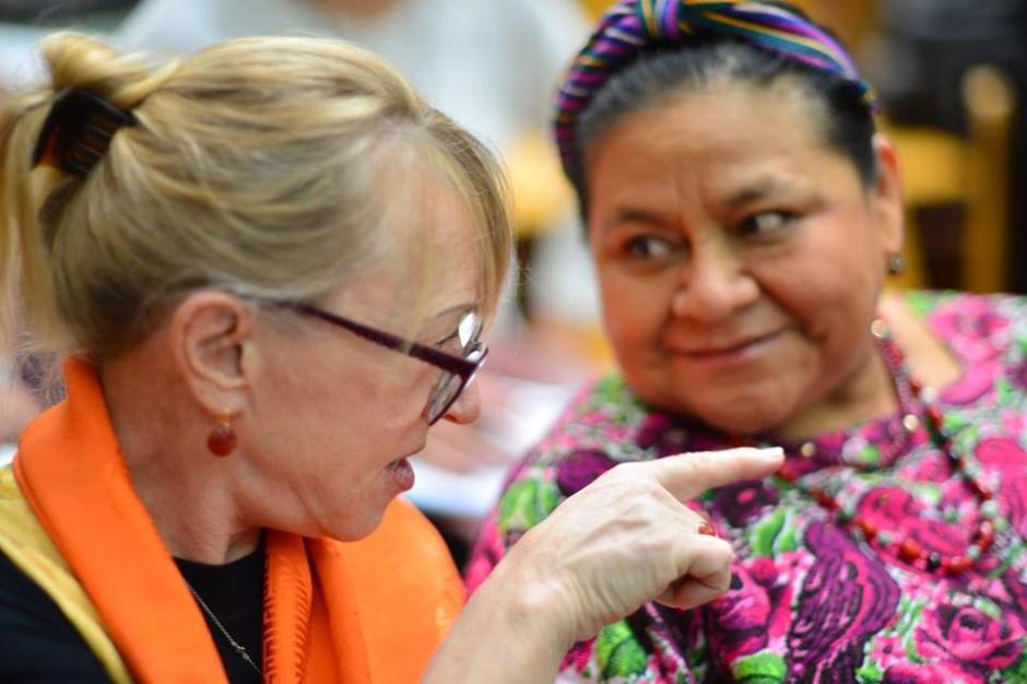 Jody Williams y Rigoberta Menchú, ambas Premio Nobel, asistieron de nuevo al juicio de Sepur Zarco este lunes. (Foto: Jesús Alfonso/Soy502)