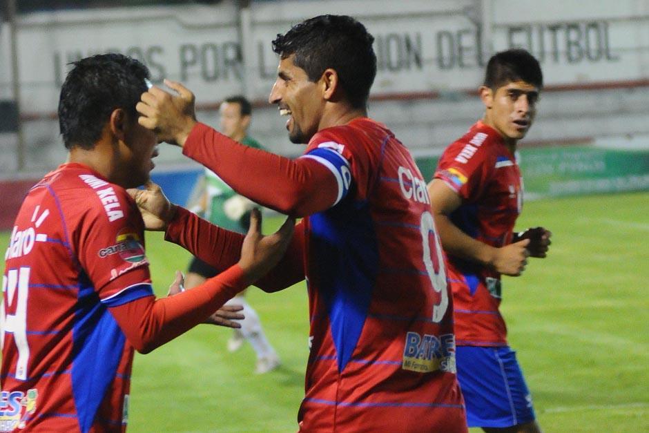 Israel Silva felicita a uno de los anotadores durante el triunfo de Xelajú por 3-0 ante Halcones FC. (Foto: Nuestro Diario)
