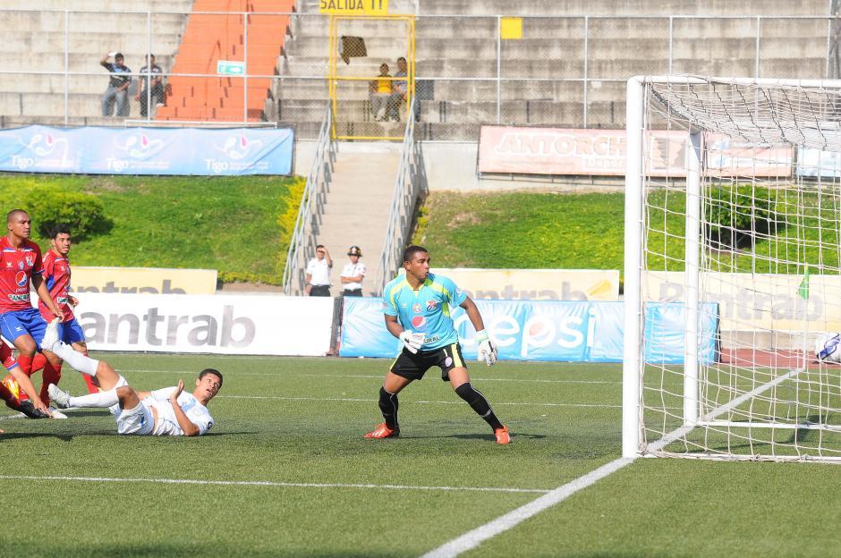 El primer gol dejó mal parada a la defensa quetzalteca. (Foto: Nuestro Diario)