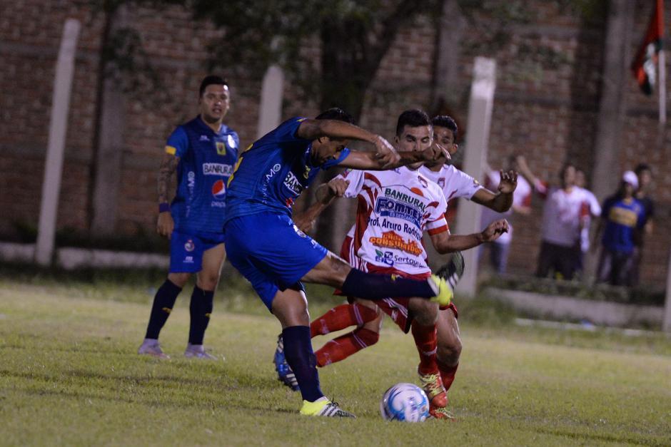 El volante costarricense Carlos Hernández la tuvo en sus pies en el primer tiempo, pero no le pegó bien al balón.(Foto: Nuestro Diario)