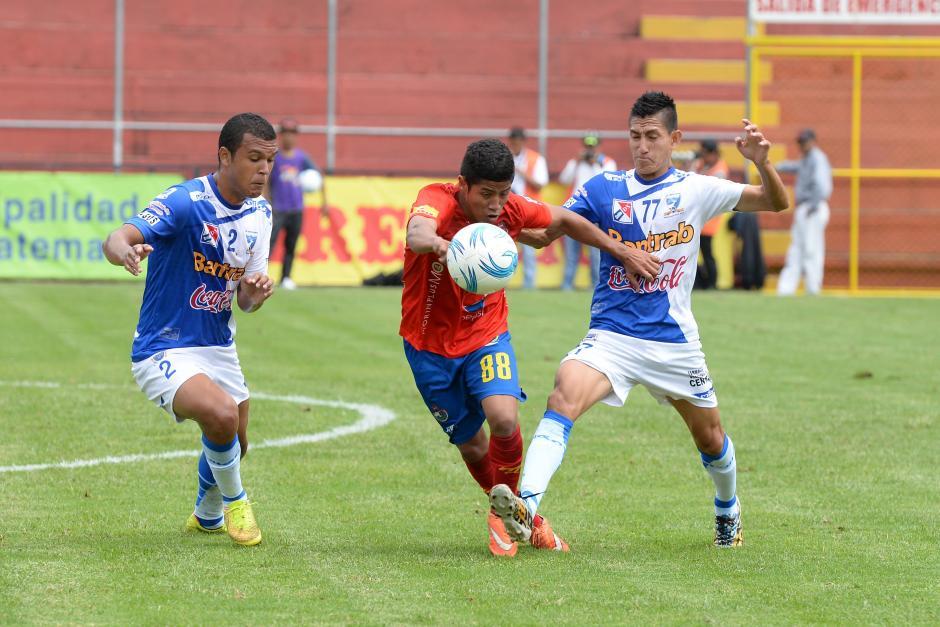 Pedro Altán intenta superar su marca en el medio campo. El jugador de 18 años fue titular. (Foto: Sergio Muñoz/Nuestro Diario)
