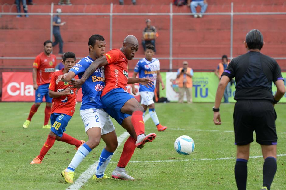 El tico Johnny Woodly anotó cuarto gol en la Liga Nacional, en la acción recibe la fuerte marca. (Foto: Sergio Muñoz/Nuestro Diario)