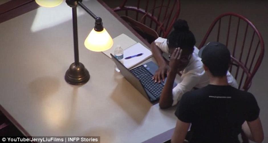 Un joven decidió llevar serenata a su novia quien estaba en la biblioteca. (Foto: youtube)