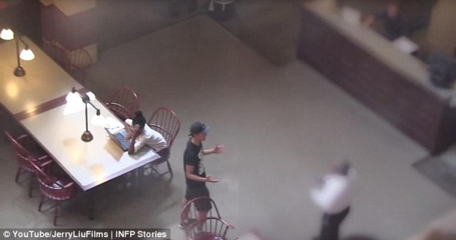 El chico fue expulsado del lugar ya que está prohibido este tipo de actividades. (Foto: Youtube)