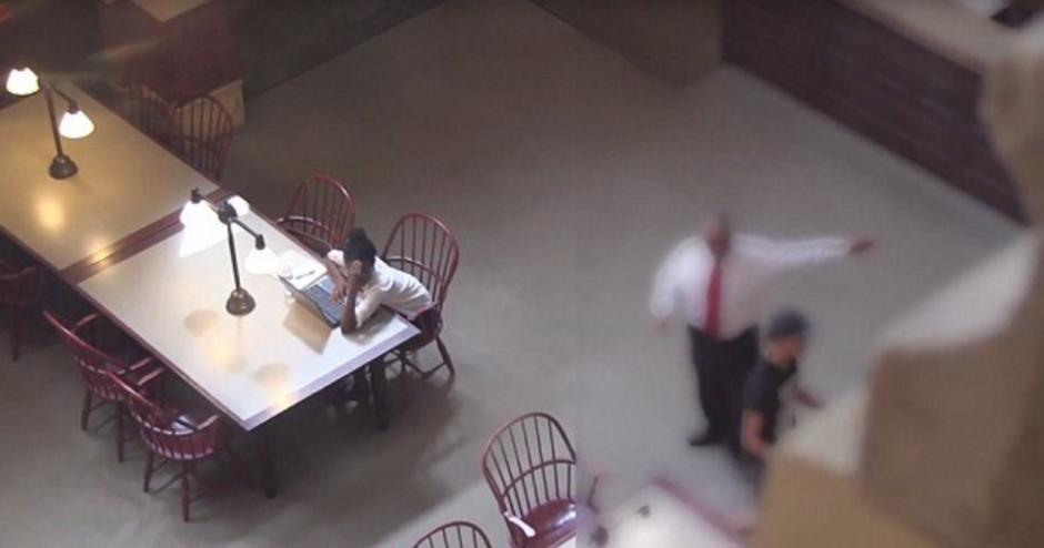 El encargado de la biblioteca inmediatamente le dijo que se retirara del lugar. (Foto: Youtube)