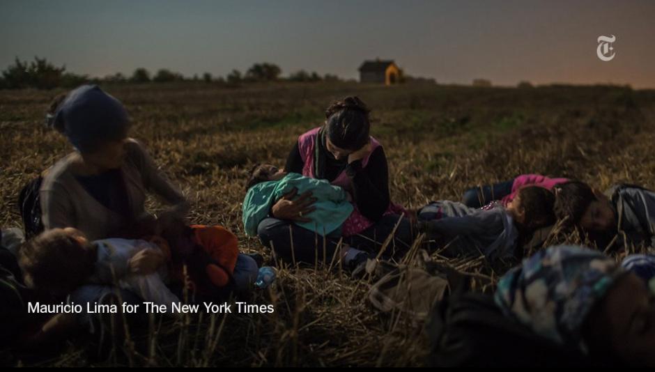 Refugiados de Pakistán, Bangladesh, Marruecos, Algeria y Somalia luchan para recibir donativos de agua, sábanas, pañales y algo de ropa. (Foto: Mauricio Lima/The New York Times)
