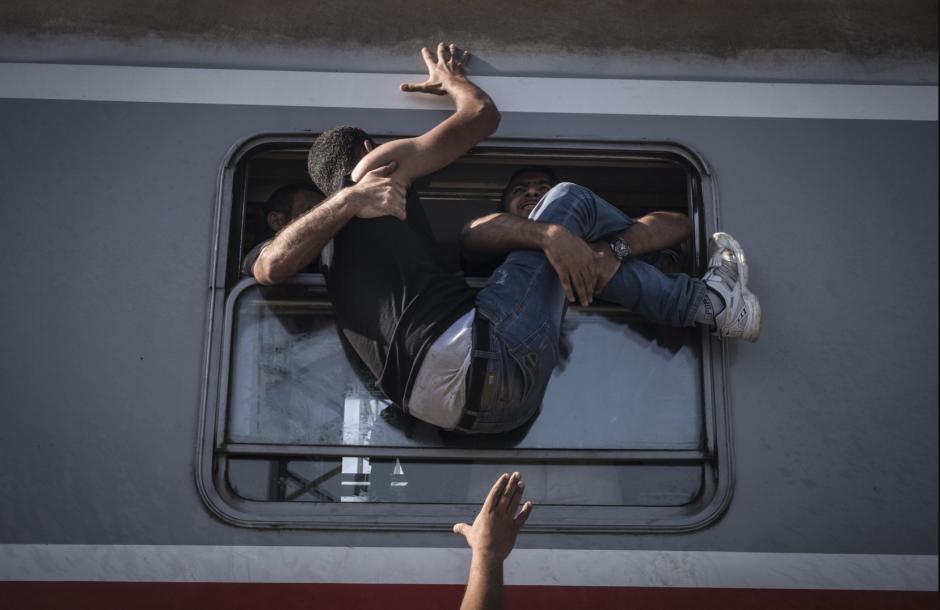 Con desesperación refugiados tratan de abordar un tren en Zagreb, buscando llegar a la frontera de Serbia. (Foto: Segey Ponomarev/The New York Times)