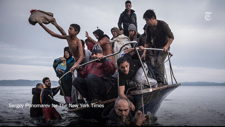 Un grupo de migrantes llegan a Skala, una villa de la isla Lebos. Alrededor de 150 personas llegaron en esta embarcación. (Foto: Sergey Ponomarev/The New York Time)