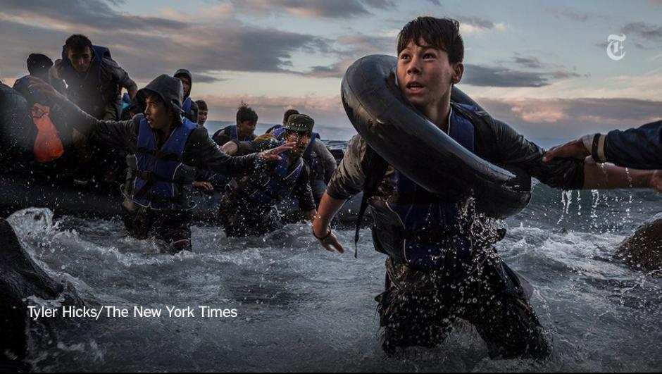 Luego de luchar contra una fuerte oleada y vientos provenientes de Turquía, un grupo de migrantes sobre una balsa de goma llegan a la isla griega de Lesbos. (Foto: Tyler Hick/The New York Times)