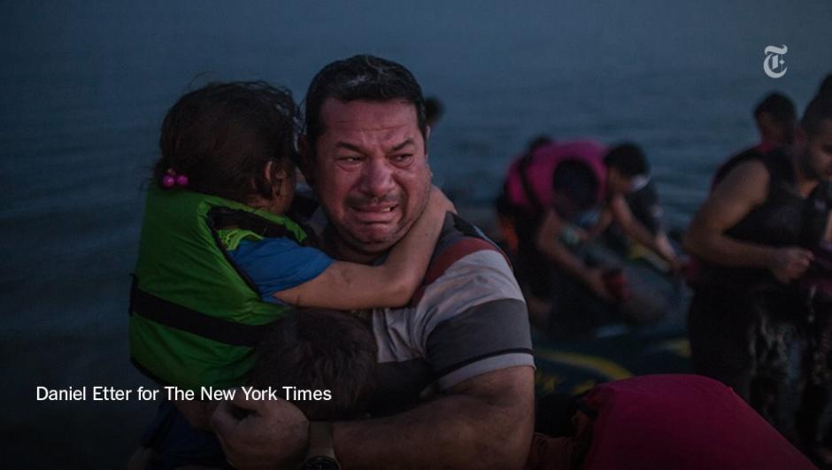 Laith Majid, de Iraq, llora de felicidad abrazando a sus hijos luego de llegar con seguridad a Kos, en Grecia. (Foto: Daniel Etter/The New York Times)
