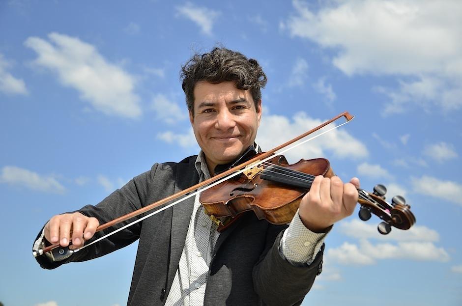 Sergio Reyes, violinista y compositor guatemalteco, brilla con su música en Nueva York. (Foto: Selene Mejía/Soy502)
