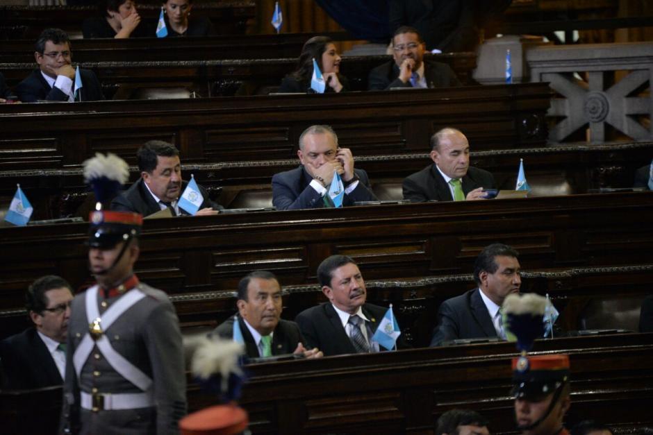 Los diputados parecieron algo distraídos durante los discursos. (Foto: Wilder López/Soy502)