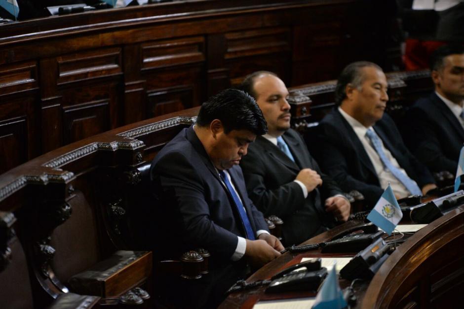 Varios aprovecharon a revisar sus celulares. (Foto: Wilder López/Soy502)