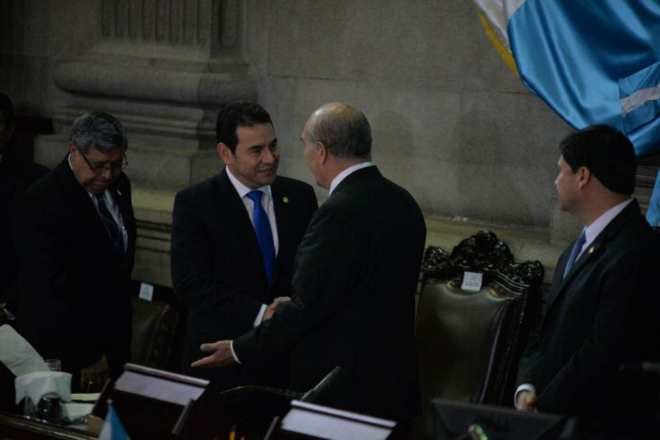 Mario Taracena, presidente del Congreso, y Jimmy Morales, presidente del país, se saludan. (Foto: Wilder López/Soy502)