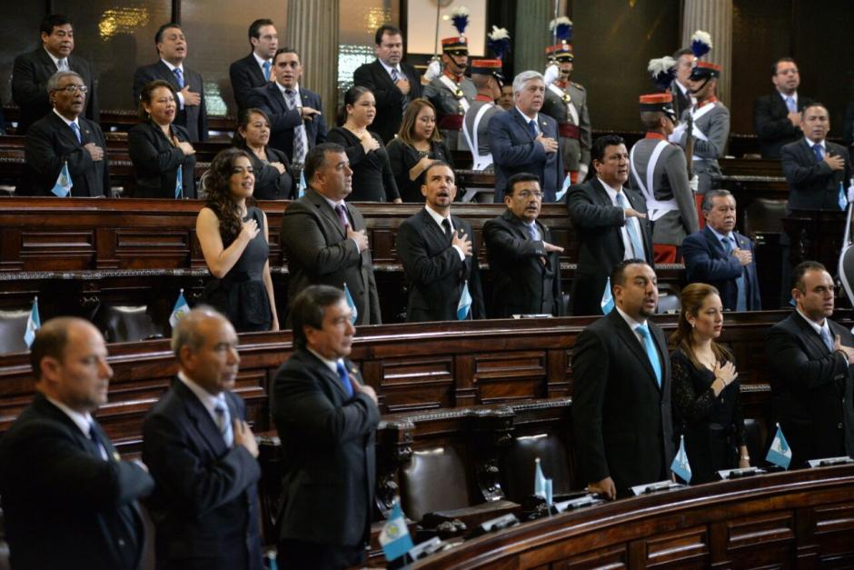 Los diputados cantan el Himno Nacional. (Foto: Wilder López/Soy502)