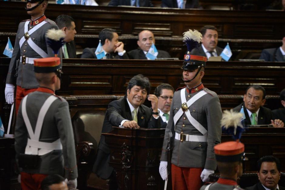 Los legisladores se distrajeron un poco durante la sesión. (Foto: Wilder López/Soy502)