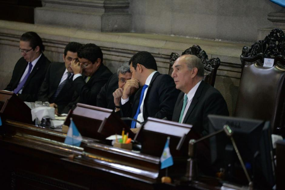 El vicepresidente aprovechó las ponencias para hablar con el mandatario. (Foto: Wilder López/Soy502)