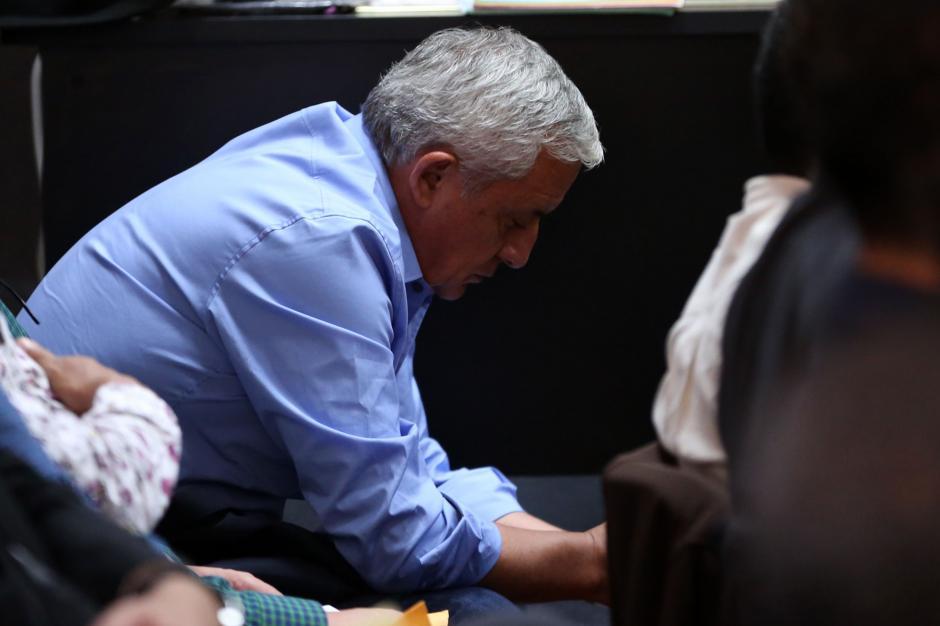 El expresidente Otto Pérez Molina escucha atento al juez. (Foto: EFE)
