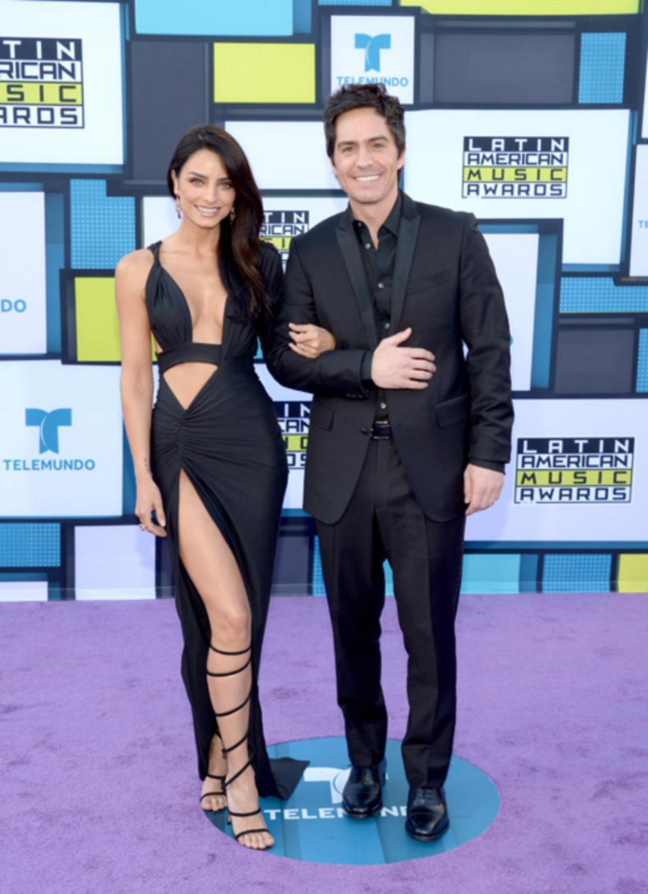 Aislinn Derbez con su esposo, el también actor Mauricio Ochmann. (Foto: Telemundo)