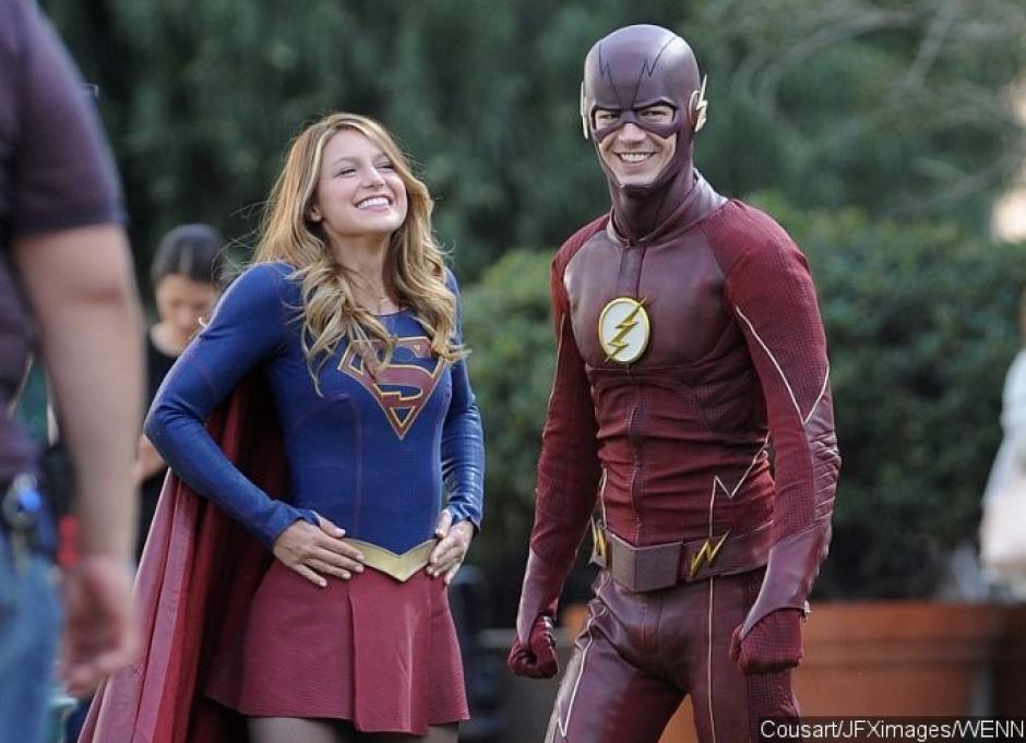 """Tras llegar sorpresivamente a National City desde un universo paralelo, Barry """"Flash"""" ayuda a Kara Zor-El a combatir a las villanas. (Foto: subadictos.net)"""