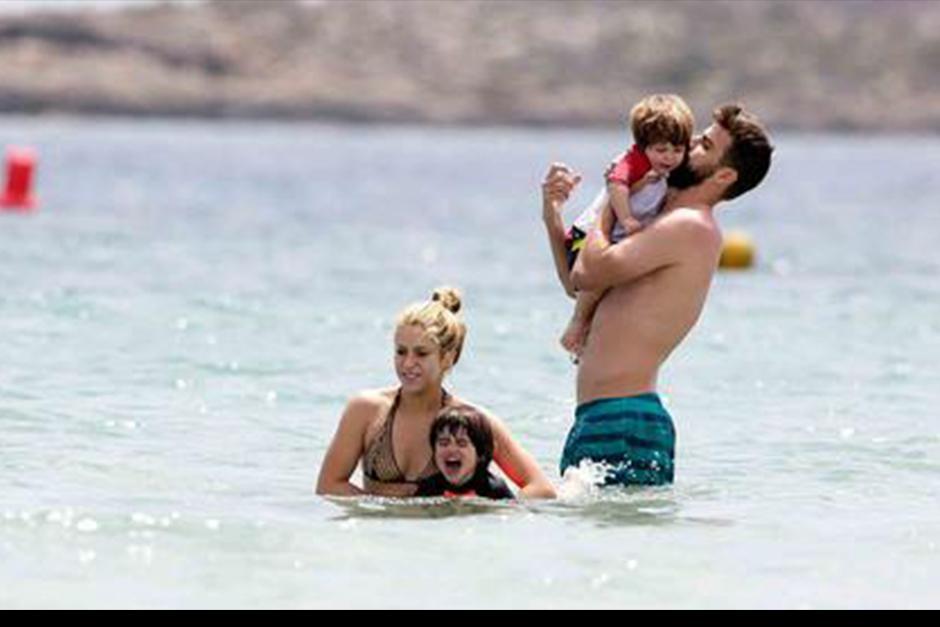 Shakira, Piqué, Milan y Sasha, fueron captados disfrutando de las olas. (Foto: Telemundo)