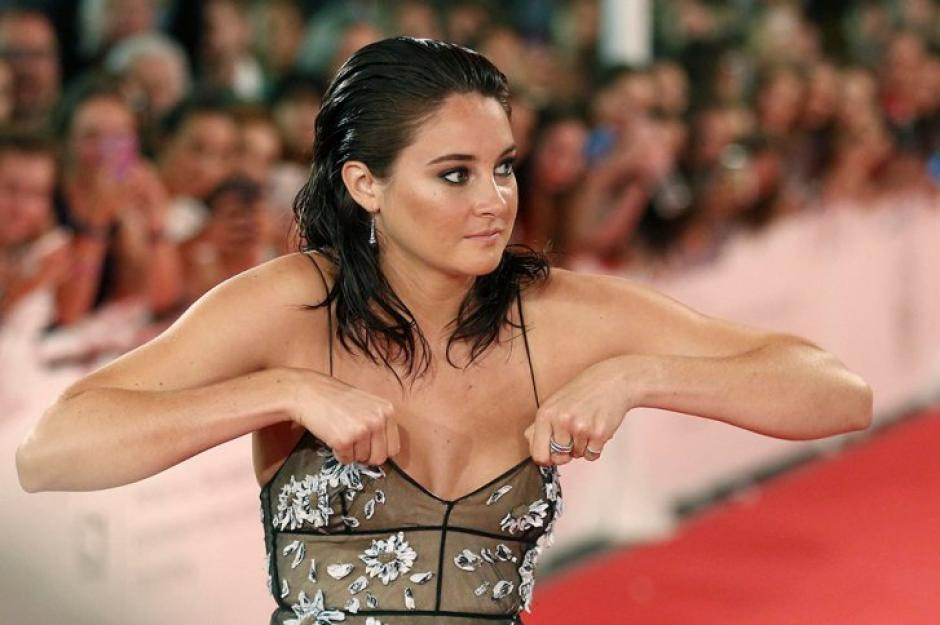Shailene tuvo que acomodarse el escote de su vestido frente a todos. (Foto: EFE)