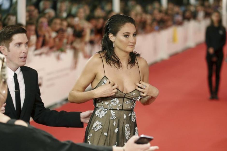 Woodley tuvo problemas con su vestuario en la alfombra roja del Festival de San Sebastián. (Foto: EFE)