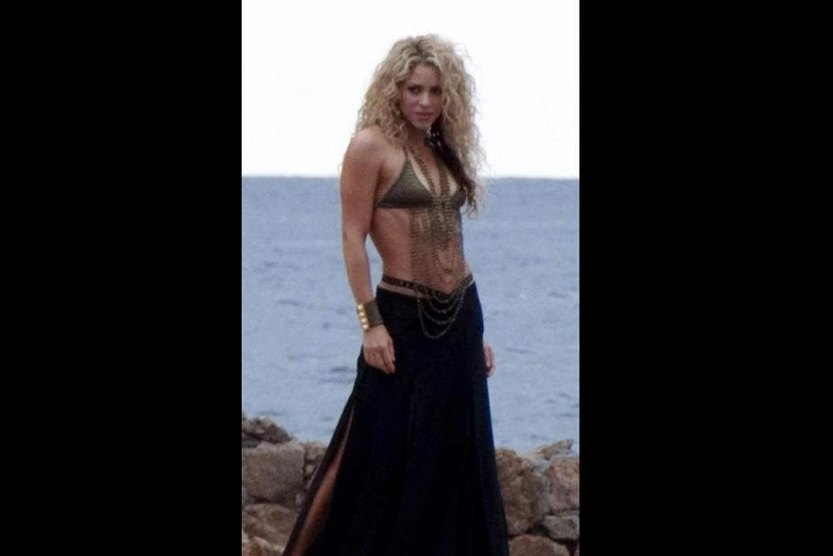 La cantante colombiana posó para una campaña publicitaria en España y dejó ver su abdomen completamente recuperado.