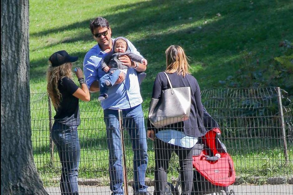 Shakira también iba acompañada de su hermano Tono. (Foto: Grosby Group)