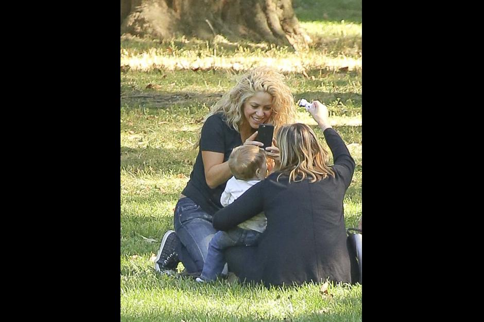 Shakira y sus acompañantes encontraron un lugar con sombra para sentarse y disfrutar Nueva York por un momento. (Foto: Grosby Group)